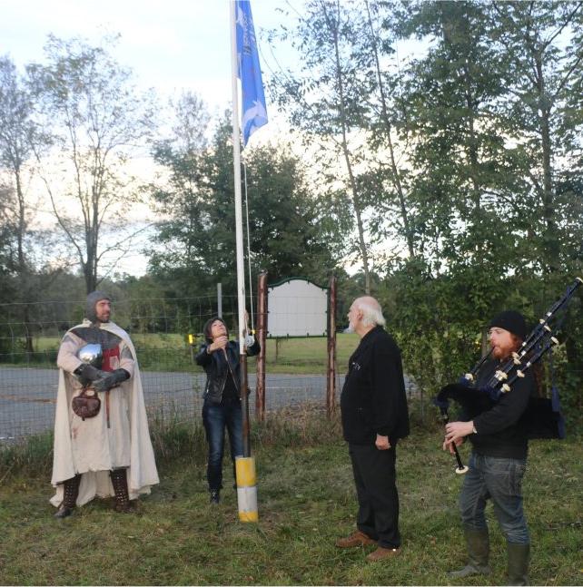 L'innalzamento della bandiera di Dreamland al suono della cornamusa di Luca e con la testimonianza di un Templare