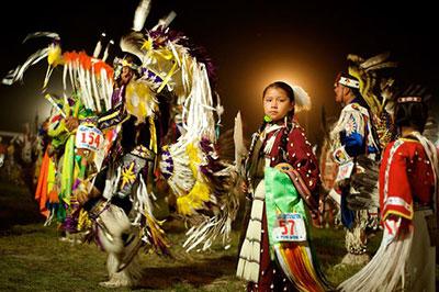 Un pow wow, incontro intertribale dei Nativi americani. Spesso le loro danze sono ispirate all'impersonificazione di animali totemici
