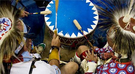 Il tamburo per i Nativi americani è lo strumento per mettersi in contatto con gli animali totemici, i loro spiriti guida
