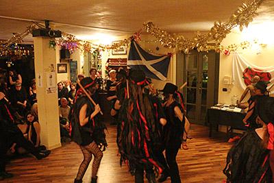 La serata è stata occasione di festeggiamenti e spettacoli di musica e danza, preceduti da un buffet vegano organizzato dai Soci