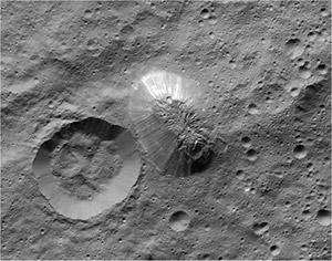 """Una immagine ripresa dalla sonda Dawn durante suo sorvolo della superficie del planetoide ha mostrato la forma inconsueta e inspiegabile della """"piramide"""". Le sue superfici sono lisce e sormontate da una sorta di cupola. Una delle pareti sembra emettere luce"""
