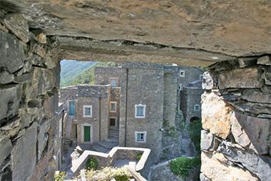 Il borgo alpino telematico di Colletta di Castelbianco, nelle Prealpi liguri