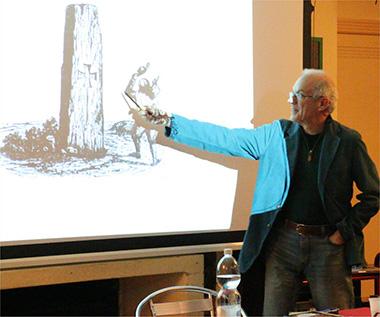 """Massimo Centini durante la conferenza """"La sacralità della pietra"""" all'Ecovillaggio di Dreamland"""