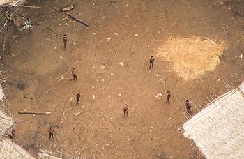 Alcuni Yanomami incontattati fotografati dall'alto al centro del loro yano, dove si stima vivano 100 individui (Foto: Guilherme Gnipper Trevisan)