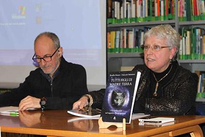 """Ivana Pizzorni, responsabile della sede romana di SOS Gaia, con Sergio Garofolo durante la presentazione del libro """"Tutti Figli di Madre Terra"""" di Rosalba Nattero e Giancarlo Barbadoro"""