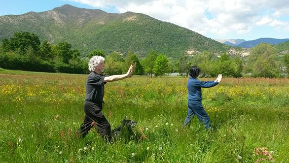 """La pratica della Kemò-vad, la """"danza spirituale"""" promossa dalla Scuola di Kemò-vad Sole Nero per la realizzazione del benessere individuale nella partecipazione all'armonia della Natura"""