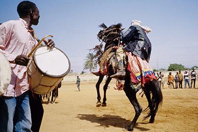 Il Cavaliere Baatonu danza con il suo cavallo al ritmo dei tamburi
