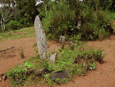 Monolito rituale (1,5m) al centro di un cerchio di pietre, una costruzione risalente probabilmente al primo dei dieci capi che hanno regnato