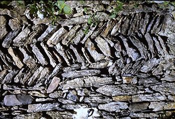 Sopra l'Albone, esempio di spina di pesce nella parete di un  edificio