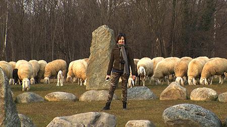 L'Autrice con un gregge di pecore all'ecovillaggio di Dreamland