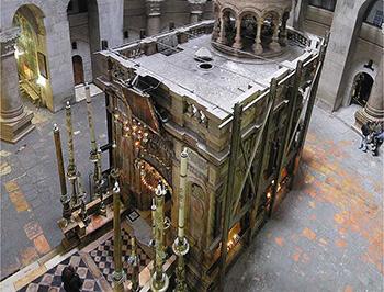 """L'""""edicola"""" interna alla basilica del """"Santo Sepolcro"""" che racchiude la presunta cripta della deposizione del Cristo"""