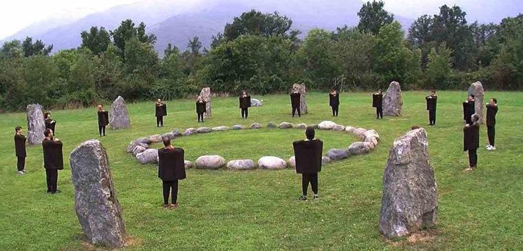 La Kemò-vad eseguita al cerchio di pietre, ricostruito sul mito di Fetonte, all'Ecovillaggio di Dreamland in Piemonte