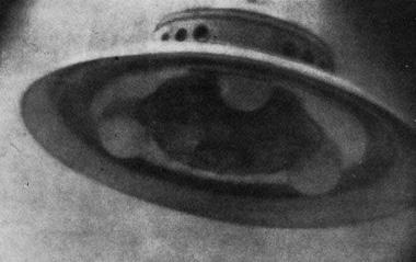 L'UFO fotografato da George Adamski nel deserto dell'Arizona il 20 novembre 1952. Lo accompagnavano altri tre testimoni che confermarono l'avvenuto incontro con gli alieni