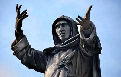Statua dedicata a Girolamo Savonarola, arso vivo perché, tra le altre cose, asseriva che nello spazio esistevano creature che non erano angeli ma erano superiori all'uomo
