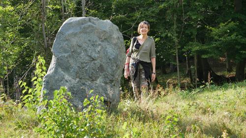 L'Autrice nei pressi di un sito megalitico nelle Valli di Lanzo