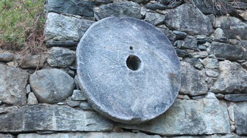 Nelle Valli di Susa e di Lanzo è facile trovare delle ruote forate davanti alle abitazioni in segno propiziatorio e protettivo. Anche se magari molti non ne ricordano più il significato, l'antica usanza è rimasta