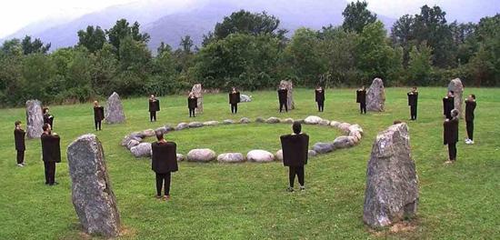Allievi della Scuola Sole Nero eseguono la Kemò-vad al Cerchio di Pietre di Dreamland