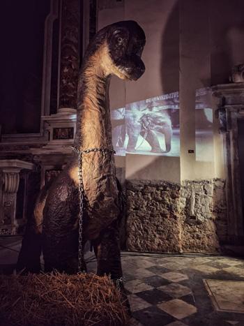 """Nella mostra """"Imago"""" il baby-brachiosauro si collega al maltrattamento degli animali nei circhi, infatti si vede sul retro un cucciolo di elefante in catene"""