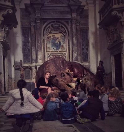 """Mariaelena Mariotti con gli allievi di alcune classi delle scuole elementari di Carrara in visita alla mostra """"Imago"""""""