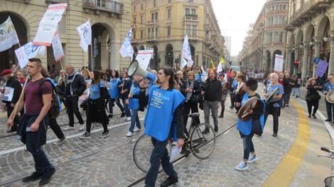 I volontari di SOS Gaia hanno marciato con tamburi e slogan
