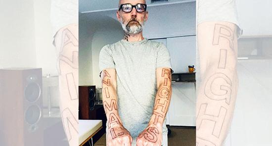 """Moltissimi sono gli artisti e i personaggi famosi che hanno fatto la scelta vegan. Il cantante Moby ha festeggiato recentemente i 32 anni da vegano con un evidentissimo  tatuaggio che porta inciso """"Animal Rights"""""""
