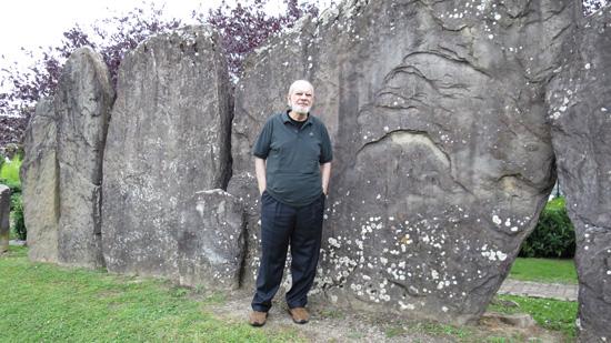 Giancarlo Barbadoro presso un sito megalitico svizzero. Il ricercatore negli anni '70 del secolo scorso ha riportato alla luce l'antica tradizione della millenaria città di Rama, dimenticata da secoli