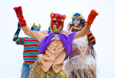 Alcuni Kaléta si preparano per una manifestazione di danza