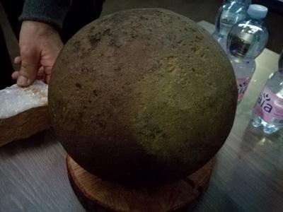 Una delle sfere ritrovate nei pressi delle piramidi