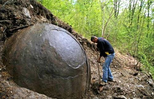 Una grande sfera ritrovata nei pressi delle piramidi bosniache