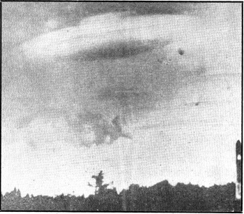 PRAGA — Un « disco volante » (nella foto) apparso sulle montagne dei Giganti, ai confini tra Cecoslovacchia e Polonia, è stato fotografato dalla signora Tomkova. In realtà, secondo il direttore dell'Istituto idrometeorologico di Praga, si tratta di una nuvola, nota con il nome di « altocumulus lenticularis ». Questo tipo di nuvola si forma nelle regioni montagnose, quando il vento soffia contro i fianchi dei monti. Disco, quindi, o semplice fenomeno atmosferico? (L'Unità - 11 nov. 1965)