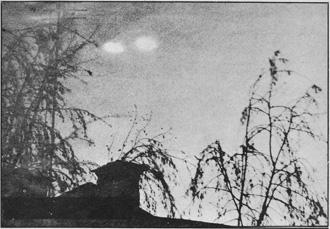 Fotografia scattata il 21 novembre 1967 a Zagabria in Iugoslavia. Il generale sovietico Stolarov, del servizio moscovita per lo studio degli UFO attestò la veridicità del documento. Ancora recentemente sulla zona di Serajevo sono stati avvistati numerosi oggetti volanti non identificati dalle forme più svariate come rombi, piatti, triangoli e coni fiammeggianti (Archivio « Gruppo Spazio 4 »)