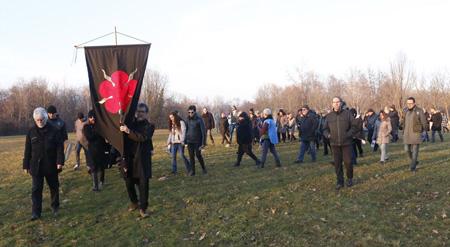 Il corteo di inaugurazione delle opere di Dreamland guidato dal vessillo del New Earth Circle, la Comunità dei Nativi Europei rappresentata da Giancarlo Barbadoro