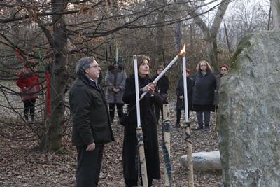 Rosalba Nattero accende il Siv'Nul, il candeliere a tre braccia, secondo il rito celtico