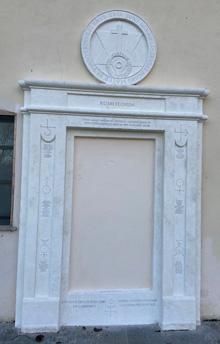 """La Porta Alchemica di Dreamland, riproduzione della """"Porta Magica"""" di Roma, antico simbolo del percorso evolutivo spirituale"""
