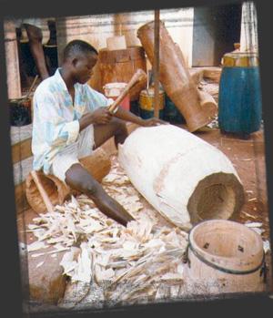 L'atelier della fabbricazione dei Tam-tam