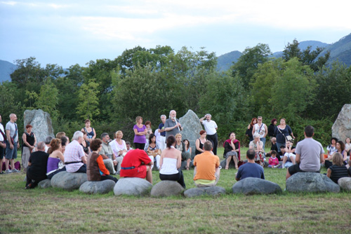 Meditazione con la Nah sinnar, la Musica del Vuoto dell'antico druidismo, eseguita al flauto da Giancarlo Barbadoro nel cerchio di pietre di Dreamland, Piemonte