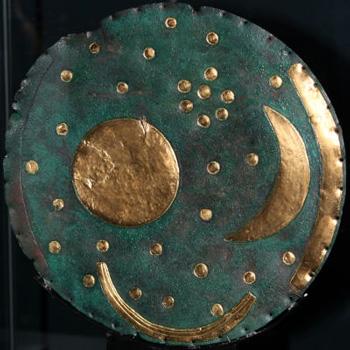 Il Disco di Nebra, uno dei reperti archeologici europei dell'Età del rame più famosi e importanti perché si è rivelato un potente osservatorio astronomico. È ben visibile la raffigurazione delle Pleiadi