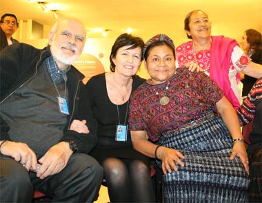Rosalba Nattero insieme al Premio Nobel Rigoberta Menchù e Giancarlo Barbadoro, teorico dell'ecospiritualità, in occasione di una Assemblea alle Nazioni Unite di New York in difesa delle tradizioni dei Popoli Indigeni
